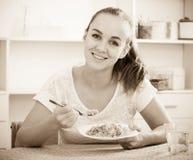Flicka som äter porrige Royaltyfri Fotografi