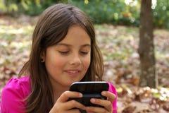 flicka som texting Royaltyfria Foton