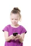 flicka som texting Arkivfoto