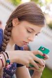 Flicka som texting på telefonen Arkivbilder