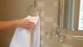 Flicka som torkar hennes händer i en vit handduk lager videofilmer