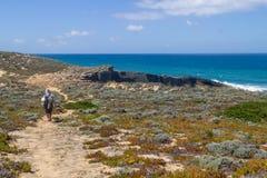 Flicka som trekking i den Malhao stranden, Vila Nova de Milfontes Arkivfoto