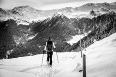 Flicka som trekking med snöskor i trät Royaltyfria Foton