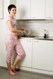 Flicka som tvättar plattan Fotografering för Bildbyråer