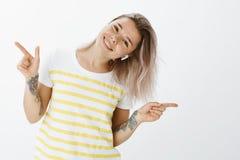 Flicka som tycker om ögonblick med stor musik i earbuds Positiv snygg och glad kvinnlig, dans och vippningshuvud royaltyfri bild