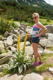 Flicka som tycker om berget Fotografering för Bildbyråer