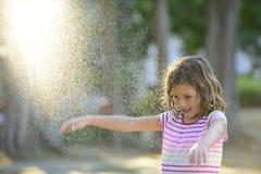 Flicka som tycker om det ljusa sommarregnet Fotografering för Bildbyråer
