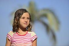 Flicka som tycker om det ljusa sommarregnet Arkivbild