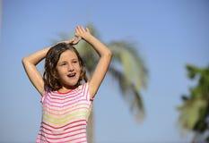 Flicka som tycker om det ljusa sommarregnet Royaltyfri Fotografi