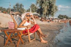 Flicka som tycker om en härlig solig dag på stranden royaltyfria bilder