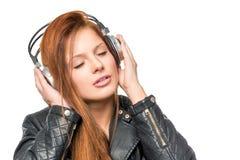 Flicka som tycker om en klassisk melodi med hörlurar Arkivbilder