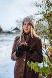 Flicka som tycker om första snö fotografering för bildbyråer