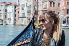 Flicka som tycker om gondolritt i Venedig Royaltyfria Foton