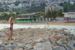 Flicka som tycker om havet och sommar Arkivbilder
