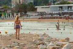 Flicka som tycker om havet och sommar Royaltyfria Bilder