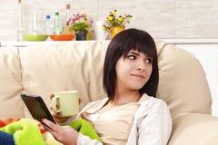 flicka som tycker om kaffe Fotografering för Bildbyråer