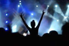 Flicka som tycker om konserten Fotografering för Bildbyråer
