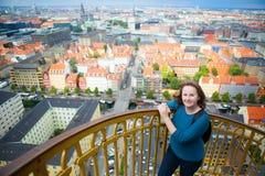 Flicka som tycker om sikt av Köpenhamnen Arkivfoton