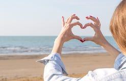 Flicka som tycker om solen på stranden Royaltyfri Foto