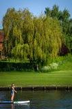 Flicka som tycker om solig dag på Henley på Themsen Arkivfoto