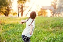 Flicka som tycker om solnedgången Fotografering för Bildbyråer