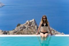 Flicka som tycker om sommar i pöl Royaltyfri Foto