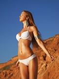 Flicka som tycker om sommar på stranden Arkivbild
