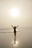 Flicka som tycker om tid på den härliga dimmiga stranden Arkivbilder