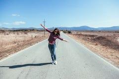 Flicka som tycker om vägtur Arkivbilder