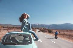 Flicka som tycker om vägtur Royaltyfria Bilder