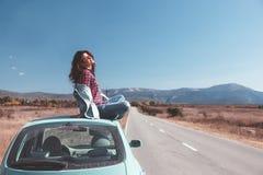 Flicka som tycker om vägtur Royaltyfri Bild
