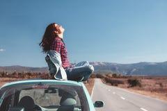 Flicka som tycker om vägtur Royaltyfria Foton