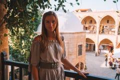 Flicka som undersöker Buyuk Han den stora gästgivargården, störst caravanserai i Cypern royaltyfri fotografi