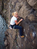 Flicka som upp klättrar en klippa fotografering för bildbyråer