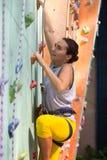 Flicka som upp klättrar väggen Arkivfoto