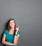 Flicka som upp till ser tomt utrymme fotografering för bildbyråer