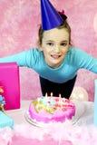 Flicka som ut blåser födelsedagstearinljus Royaltyfri Bild