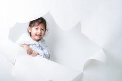 Flicka som ut får från ett hål på vit bakgrund #2 Royaltyfria Bilder