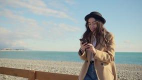 Flicka som ut hänger på stranden i dagsljus bara stock video