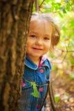 Flicka som ut ler och ser Fotografering för Bildbyråer