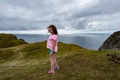 Flicka som ut ser över de Slieve ligaklipporna, ståndsmässiga Donegal, Irland Arkivfoto