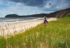 flicka som ut ser havet till Royaltyfri Bild