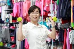 Flicka som utarbetar på idrottshallen Arkivbilder