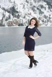 Flicka som utomhus poserar i vintern Arkivbilder