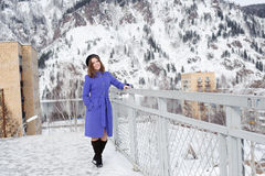 Flicka som utomhus poserar i vintern Arkivbild