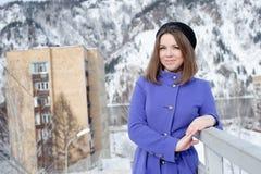 Flicka som utomhus poserar i vintern Arkivfoton
