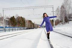 Flicka som utomhus poserar i vintern Royaltyfria Bilder