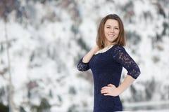 Flicka som utomhus poserar i vintern Royaltyfri Foto
