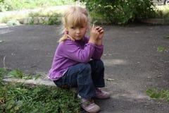 Flicka som utomhus spelar 18559 Royaltyfria Foton