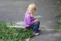 Flicka som utomhus spelar 18555 Royaltyfri Bild
